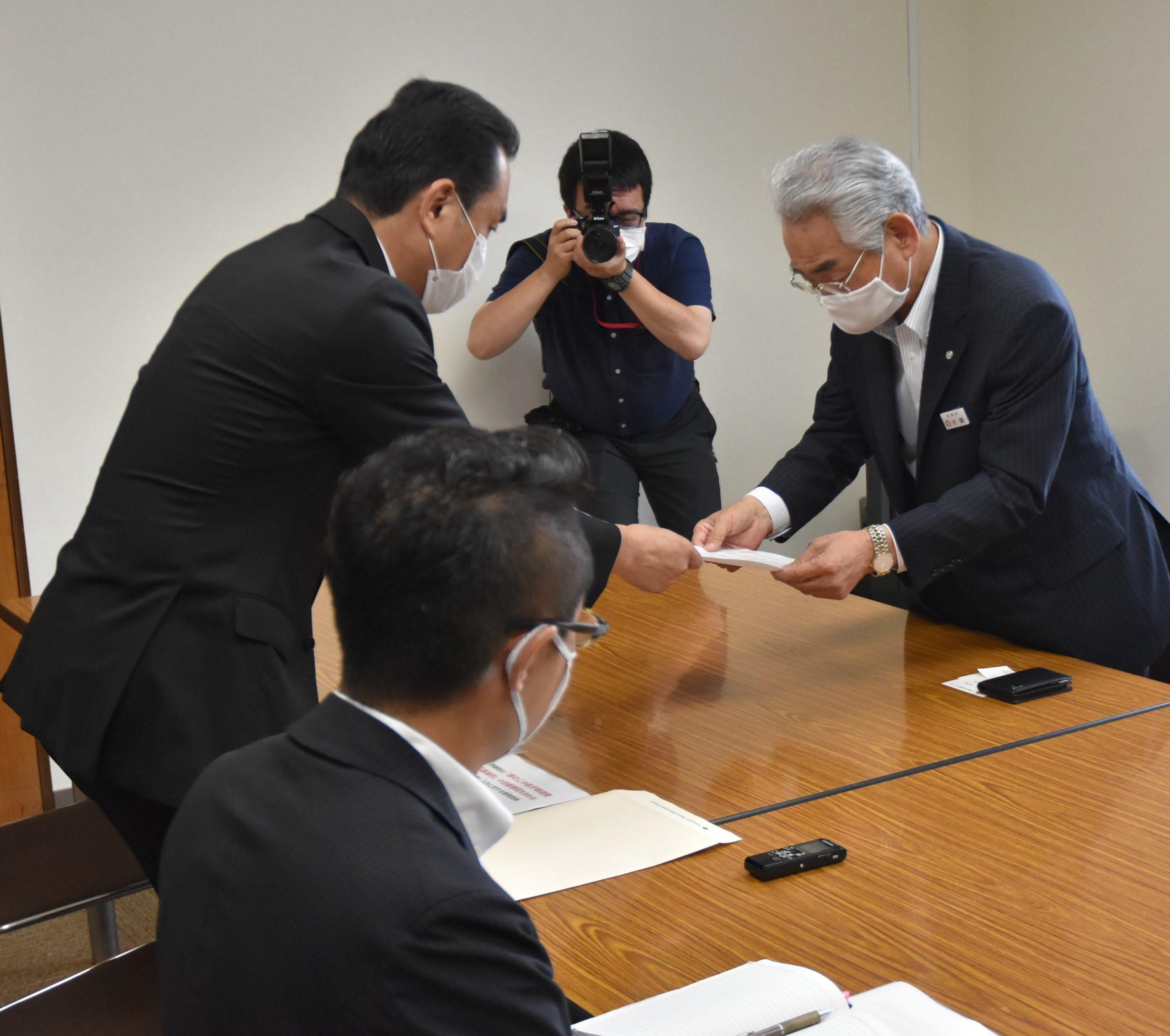 『核のごみ処分場調査応募検討の白紙撤回を求める共同申し入れ』を寿都町に提出